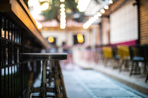 Des tabourets dans les salles à manger : pratiques et confortables.